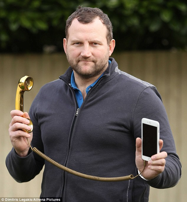 2608A71000000578-2967047-Ian Phillips 43 claims spending six hours a day on a mobile phon-m-129 1424794525371